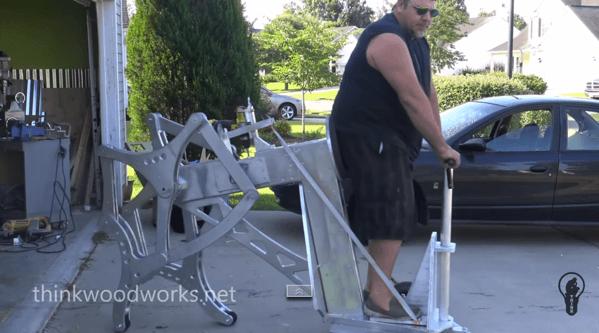 【動画】電動ドリルを動力源に器用に歩く(?)木製の乗り物
