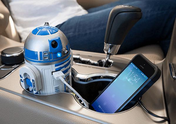 R2-D2がピコピコ喋って動くから気分はスターファイター!ドリンクホルダーに鎮座する「R2-D2 USB Car Charger」