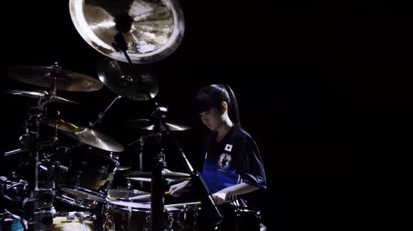 【動画】頑張れニッポン!な感じで新ユニを着て華麗なドラムを披露するポニーテールの揺れる川口千里さん