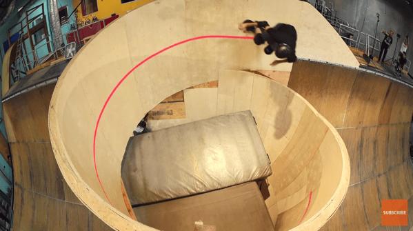 【動画】垂直のスパイラルを滑るスケートボーダー