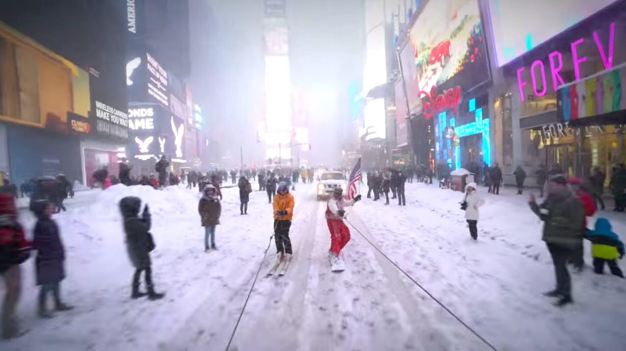 【動画】大雪のニューヨーク、雪の積もった路上でクルマに引っ張られながらスノーボード