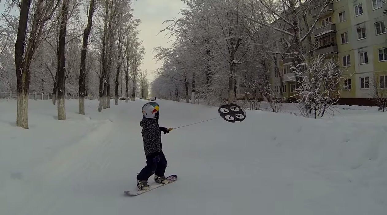 【動画】この発想はなかった!ドローンに引っ張られてスノーボード