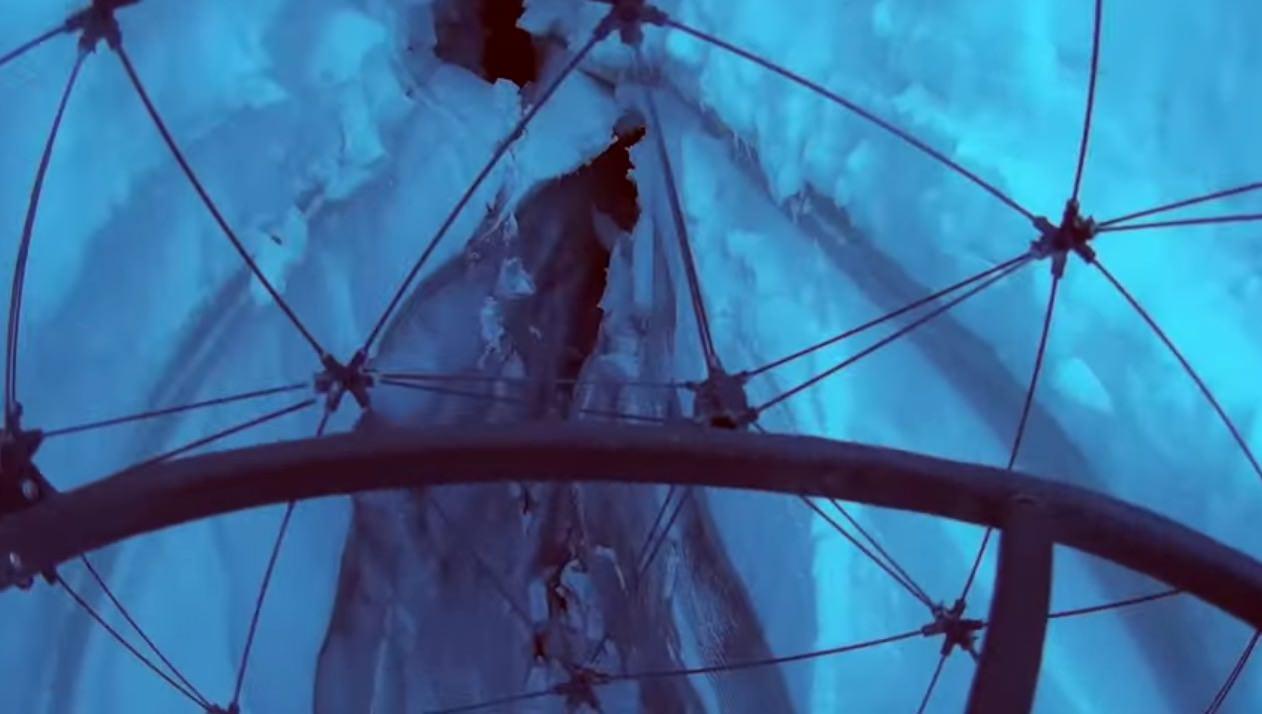 スイスのアルプスのクレバスにドローンを侵入させてみた
