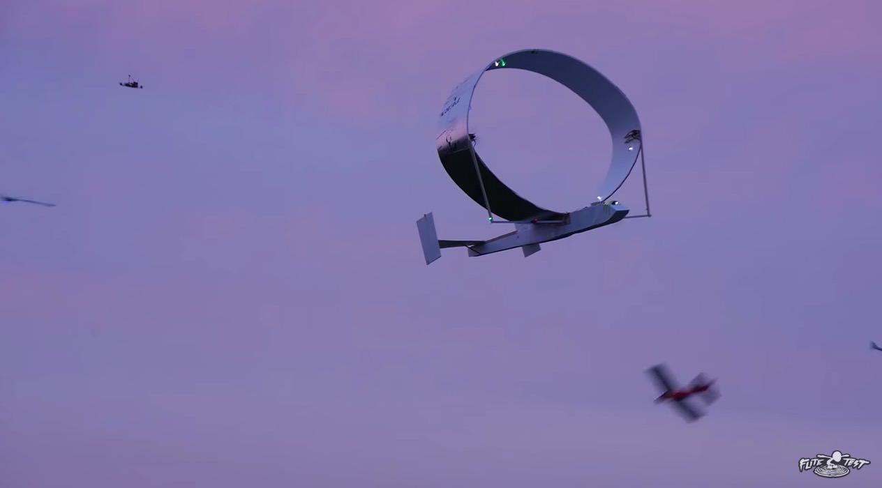 【動画】優雅の飛ぶ円形の翼を持つラジコン飛行機【円形翼】