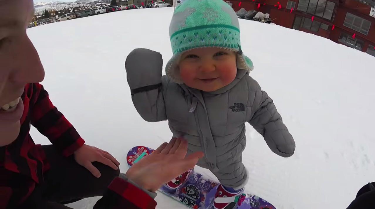 【動画】か、可愛いすぎるゥゥゥ!一人でできるもん、な赤ちゃんスノーボーダー