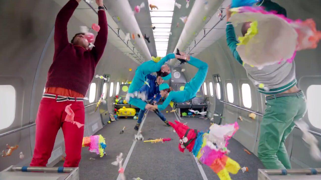 史上初の無重力状態で撮影された「OK Go」の新曲「 Upside Down & Inside Out」のMVがぶっ飛び過ぎてる‥‥!!無重力飛行を連続8回!!