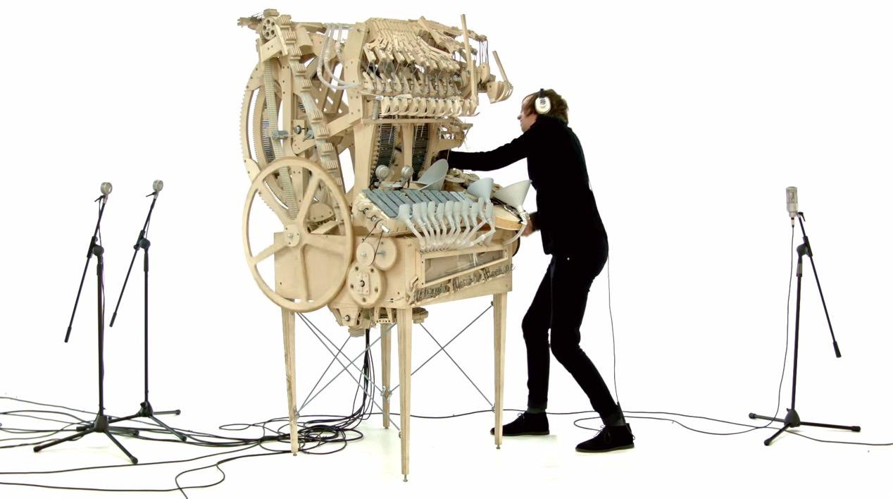 【動画】落下する2,000個のビー玉が音楽を奏でる「Marble Machine」