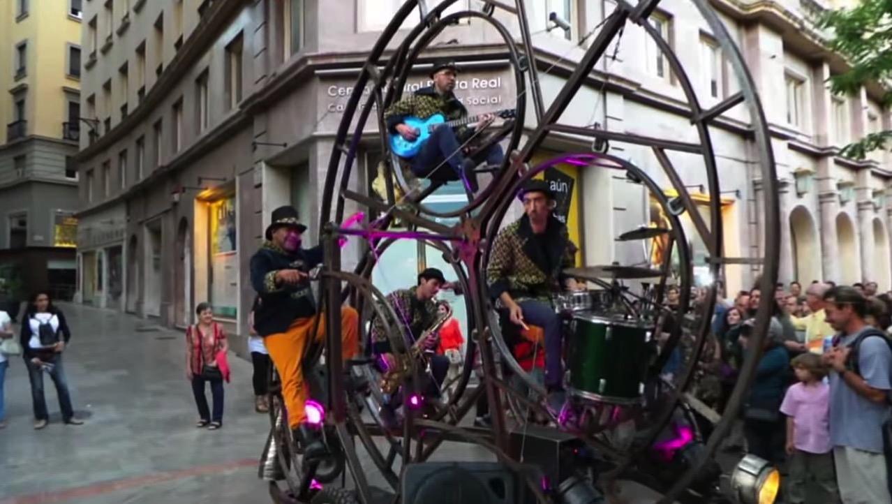 【動画】観覧車のような自転車に乗り回りながら演奏するバンドのパレード