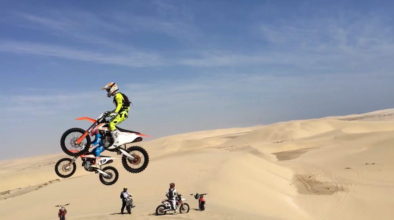 【動画】砂漠でバイクが大ジャンプしたその先には‥‥