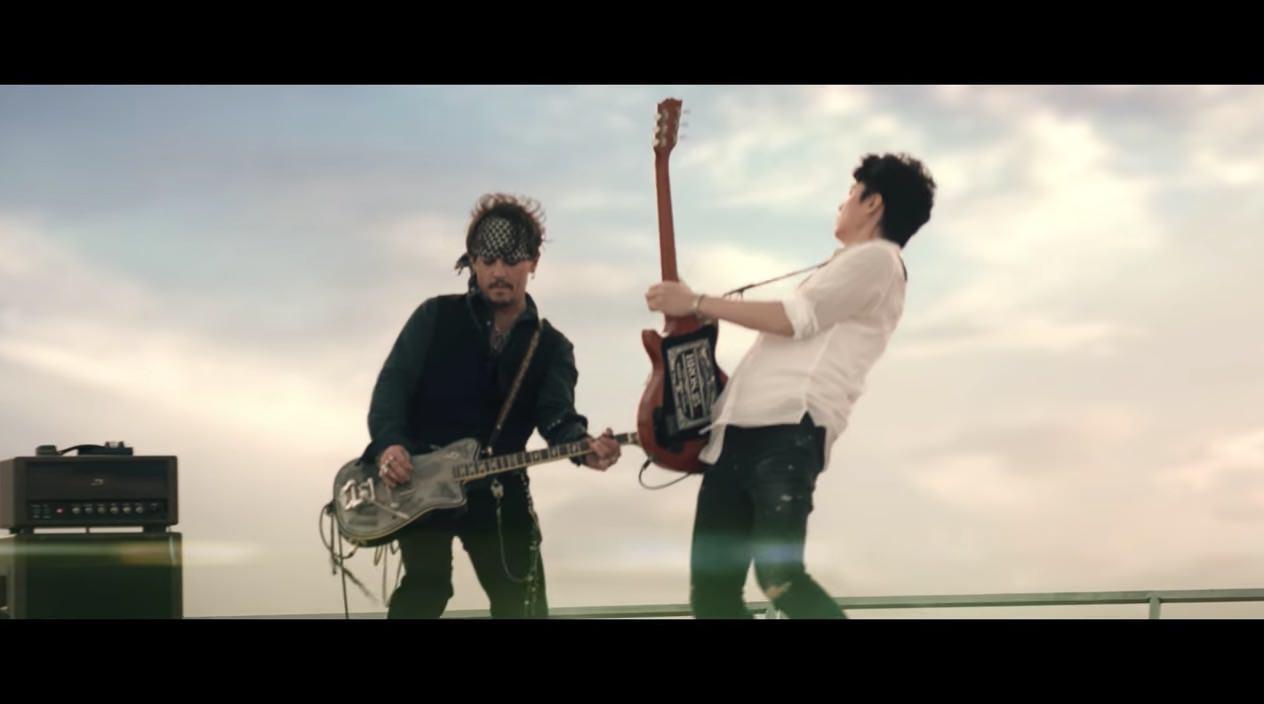 福山雅治とジョニー・デップがスーパードライCMでギター共演