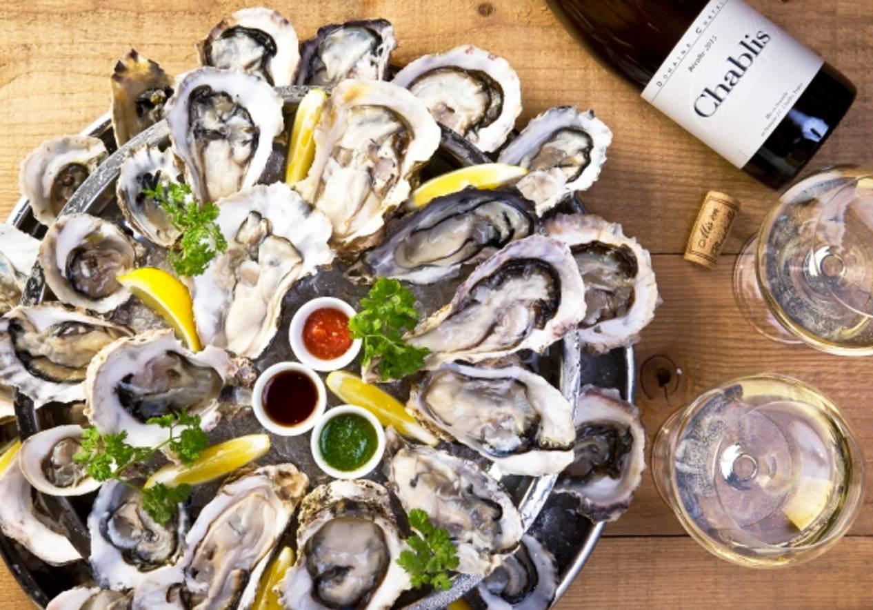 「新宿西口オイスターバー」24個の牡蠣を盛り合わせたオイスタープラッター!ワインは2,000円で飲み放題
