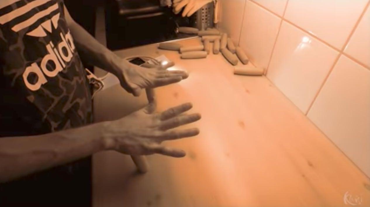 「クルリン」手を使って遊び木の玩具のトリック集動画
