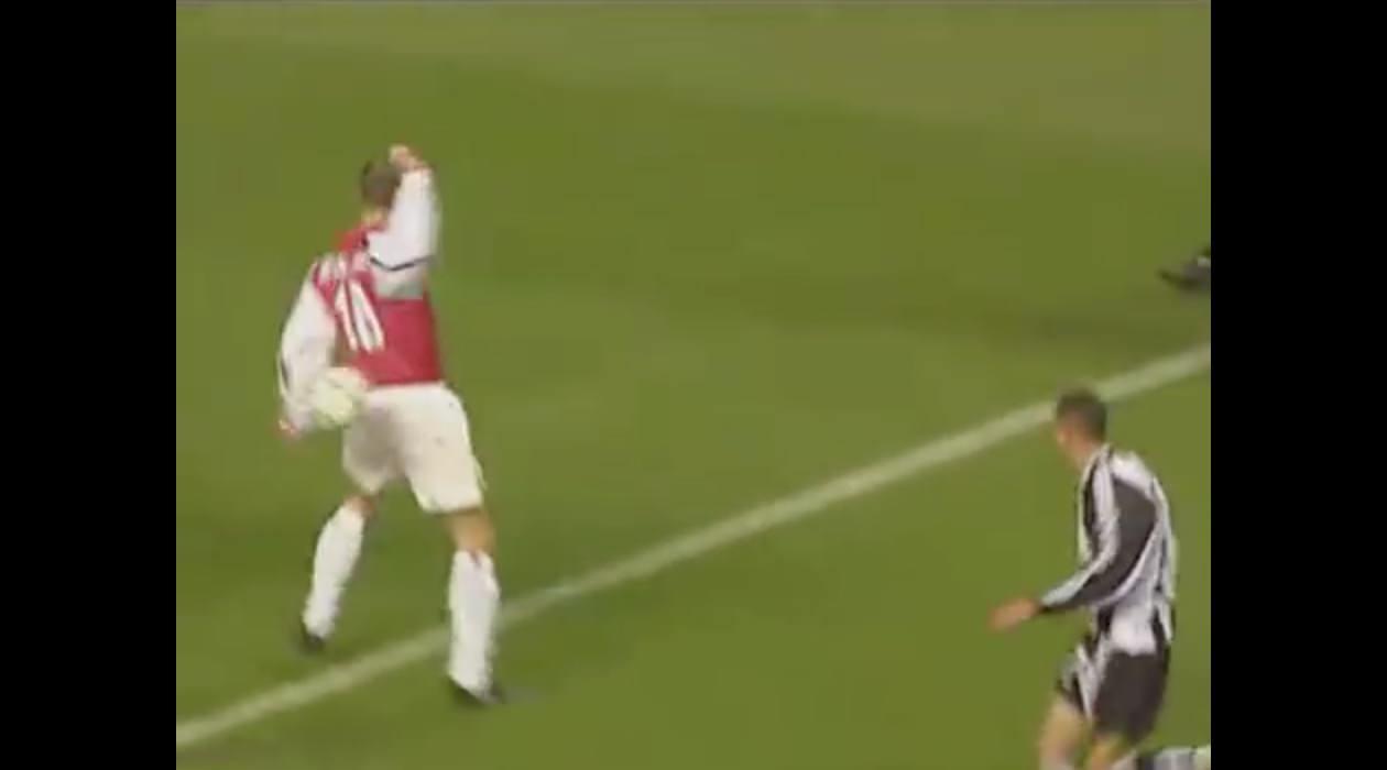 【動画】プレミアリーグ25年間の「最高のゴール」はデニス・ベルカンプ