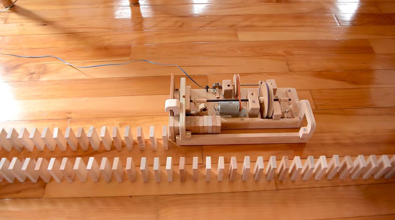 【動画】ドミノを自動で並べていく木製マシン‥‥何を言ってるか分かる?