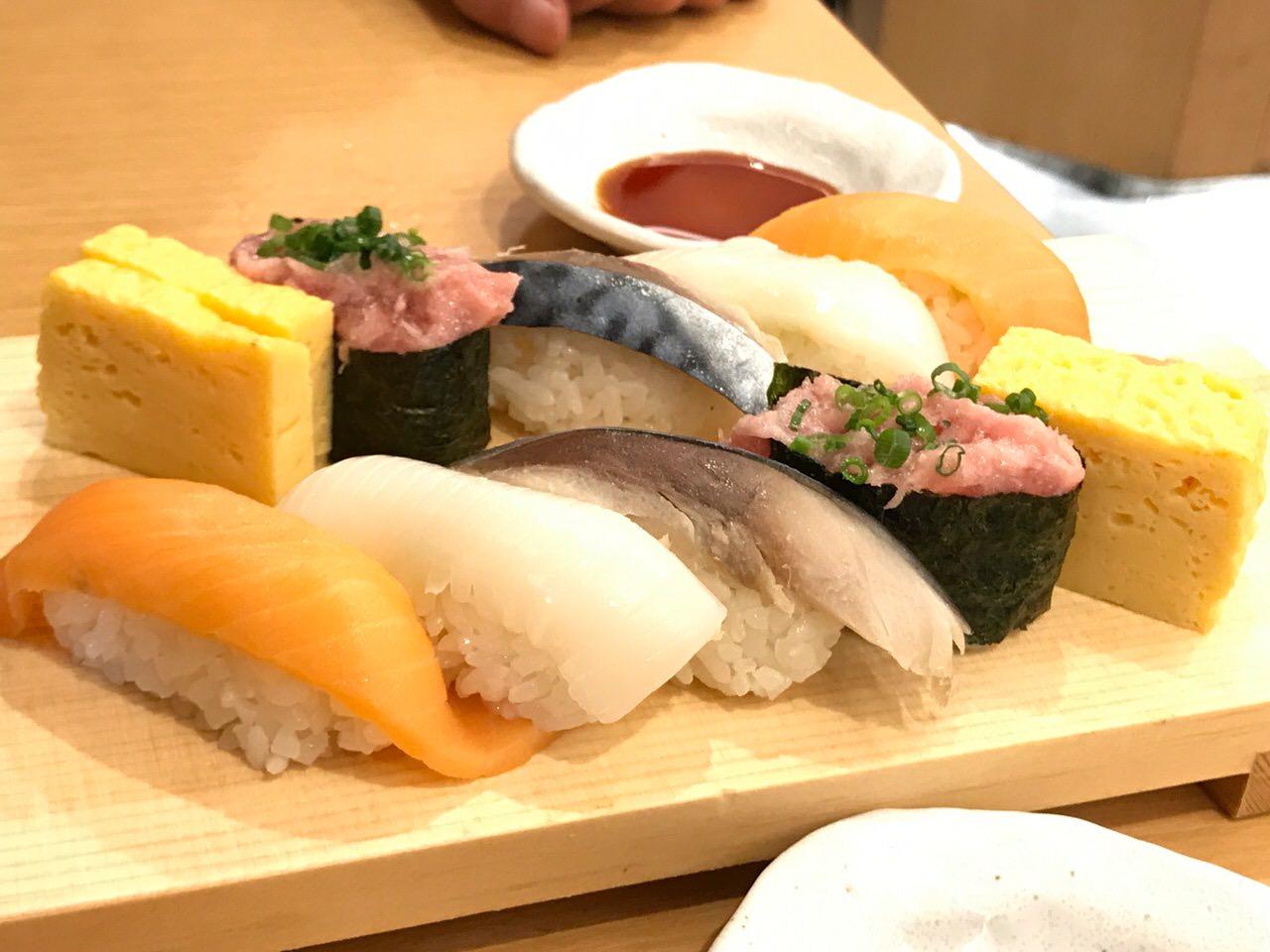 「魚がし日本一」品川駅構内で立ち食い寿司4貫+ワンドリンクのちょい呑みセット780円