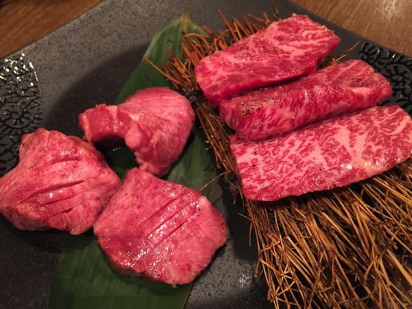 「日本橋焼肉イタダキ(旧クンサンチャーリム)」薄いロース肉でウニを巻くウニ上ロース巻、トリュフを削りユッケをのせるトリュフ飯、ずるいって言われるかもしれない美味さ。