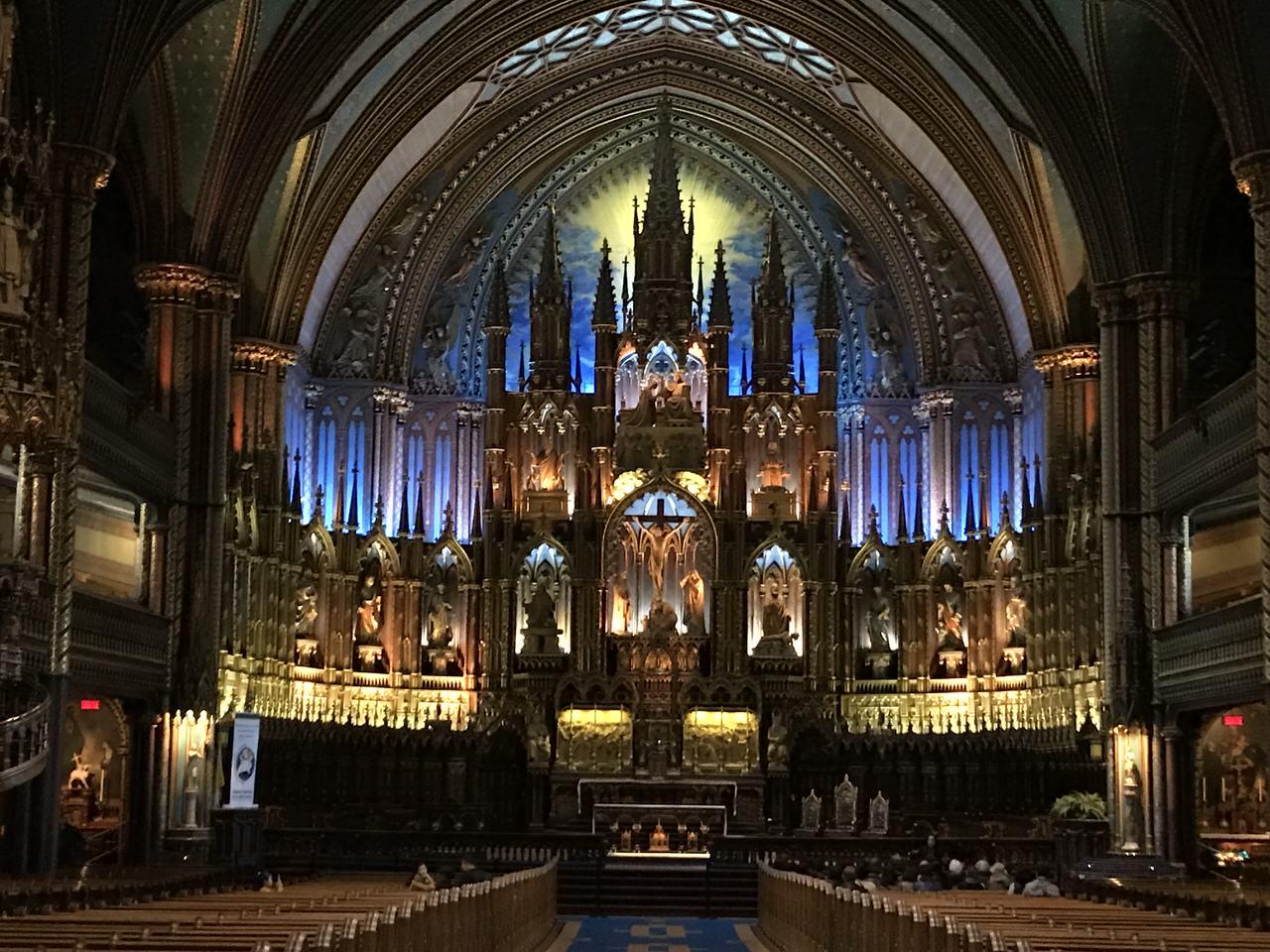 「モントリオール・ノートルダム大聖堂」青い祭壇とステンドグラスが印象的な教会