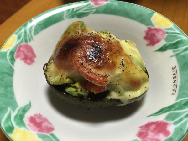 【簡単レシピ】「焼きアボカド」割って焼くだけ!病みつきになる美味さ