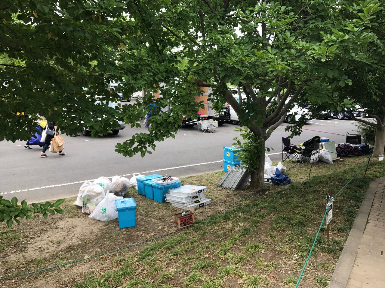 休日の公園でバーベキューレンタルの回収を見かけた 〜セッティング付きだと場所取りもしてくれるらしい