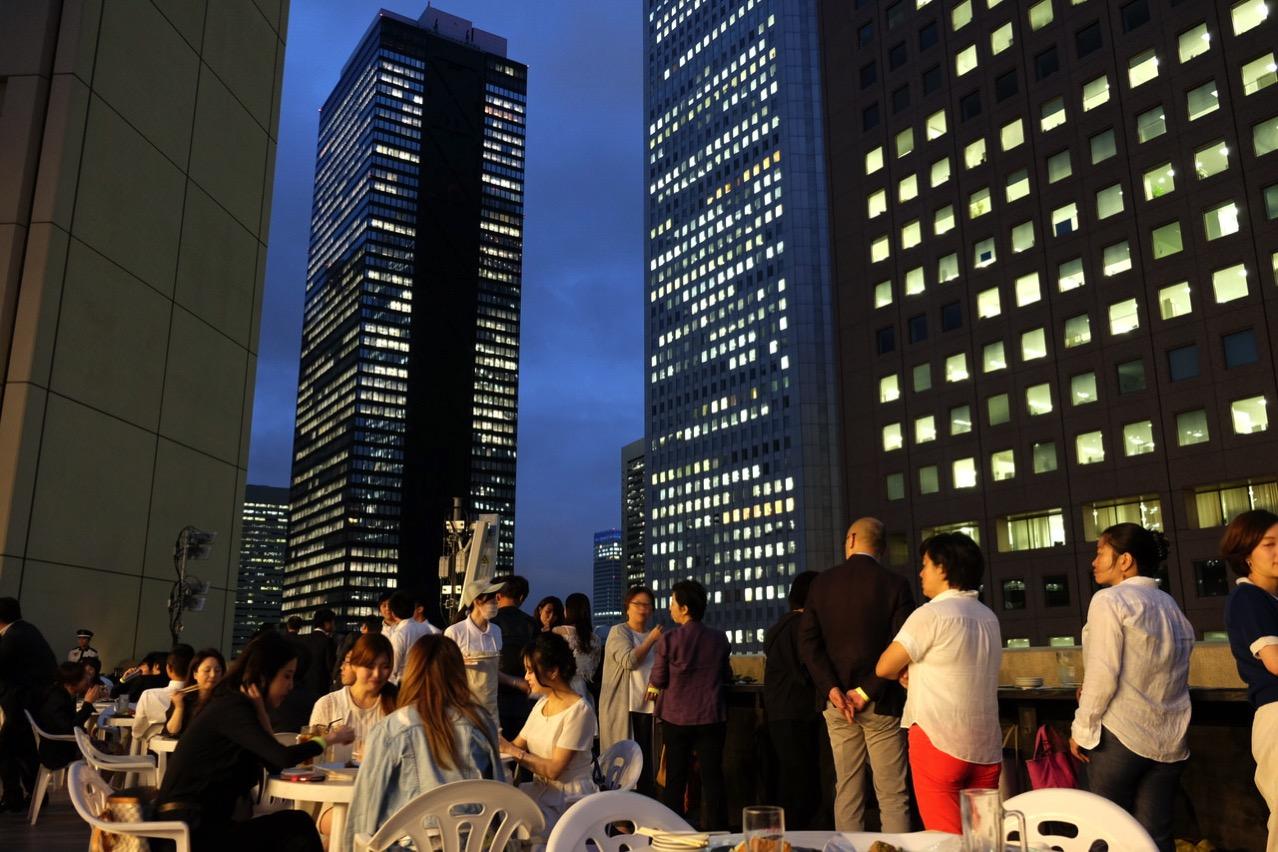 「天空のビアガーデン 肉テラス」新宿の高層ビルを眺めながら夜風を感じてビール、からの肉(ハラミ)、肉(ハンバーグ)、肉(牛かつ)。
