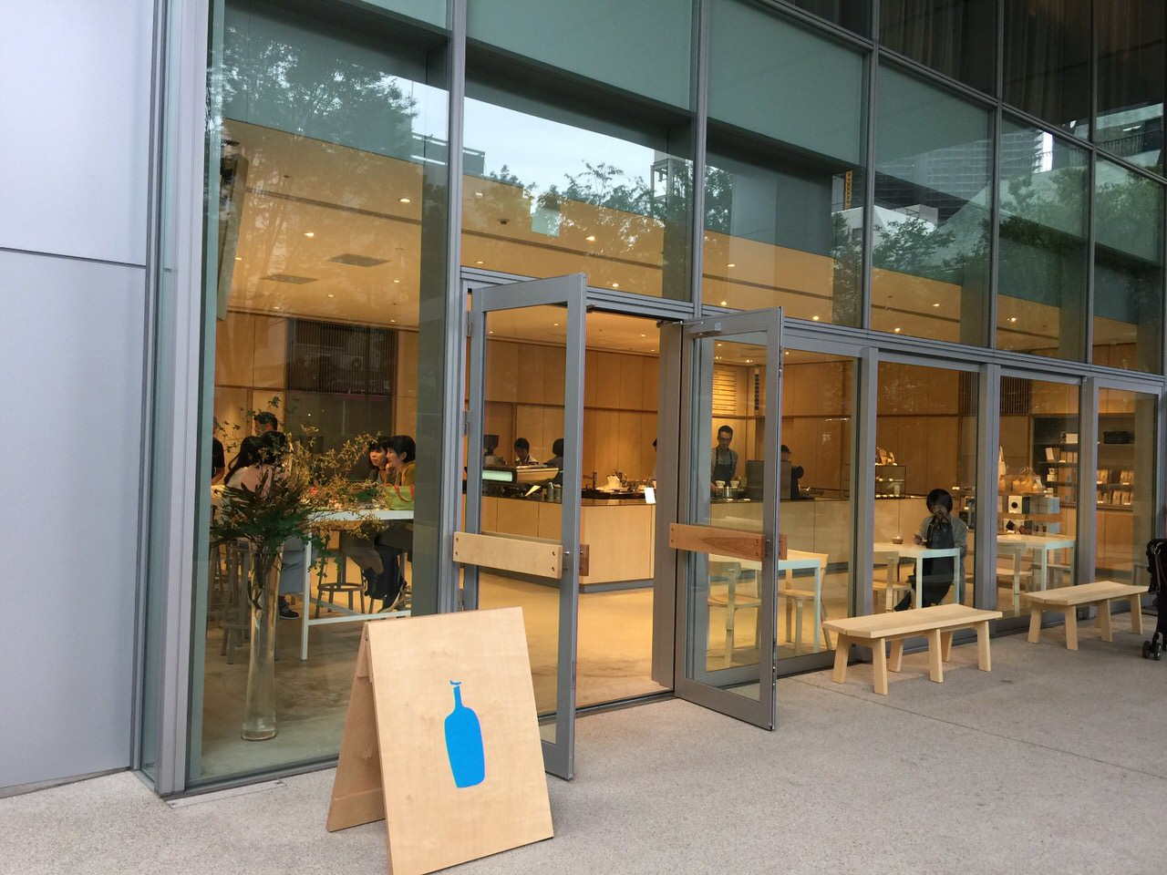 「ブルーボトルコーヒー 六本木カフェ」開放感のある店舗がガラガラで驚いたよ