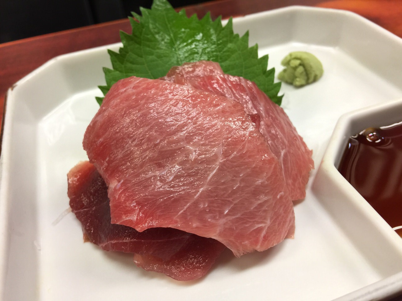 【築地で朝ごはん】「江戸川食堂」トロトロしたマグロぶつとキラキラ光るイワシ煮にはどんぶり飯だろうな