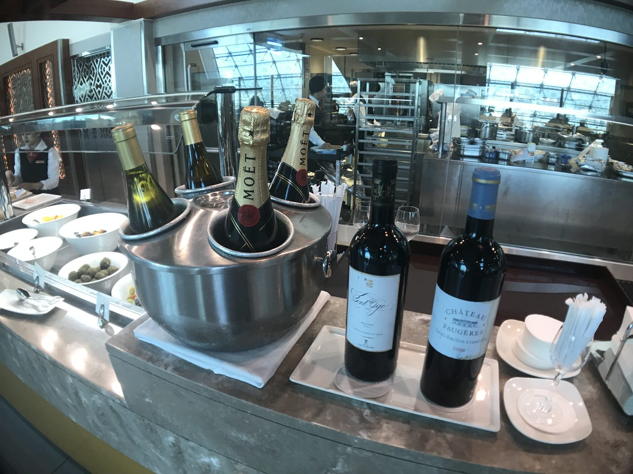 Emirates lounge 1144