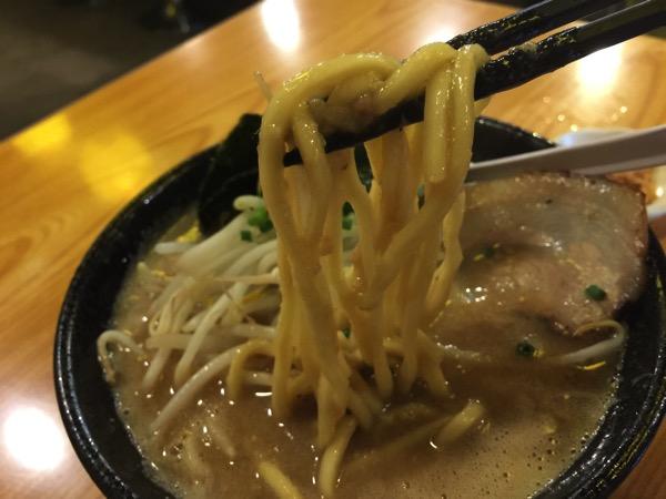 「上を向いていこう(羽村)」太麺でガッツリ食べる超濃厚ドロドロの豚骨ラーメン!替玉の辛い赤麺もツルツル入る #tokyo島旅山旅