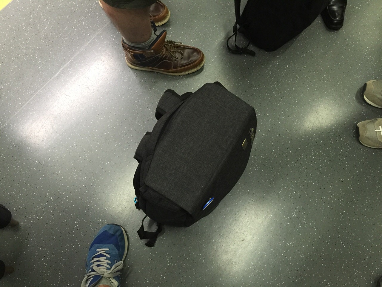 【かわるビジネスリュック】通勤電車の床で自立するリュック