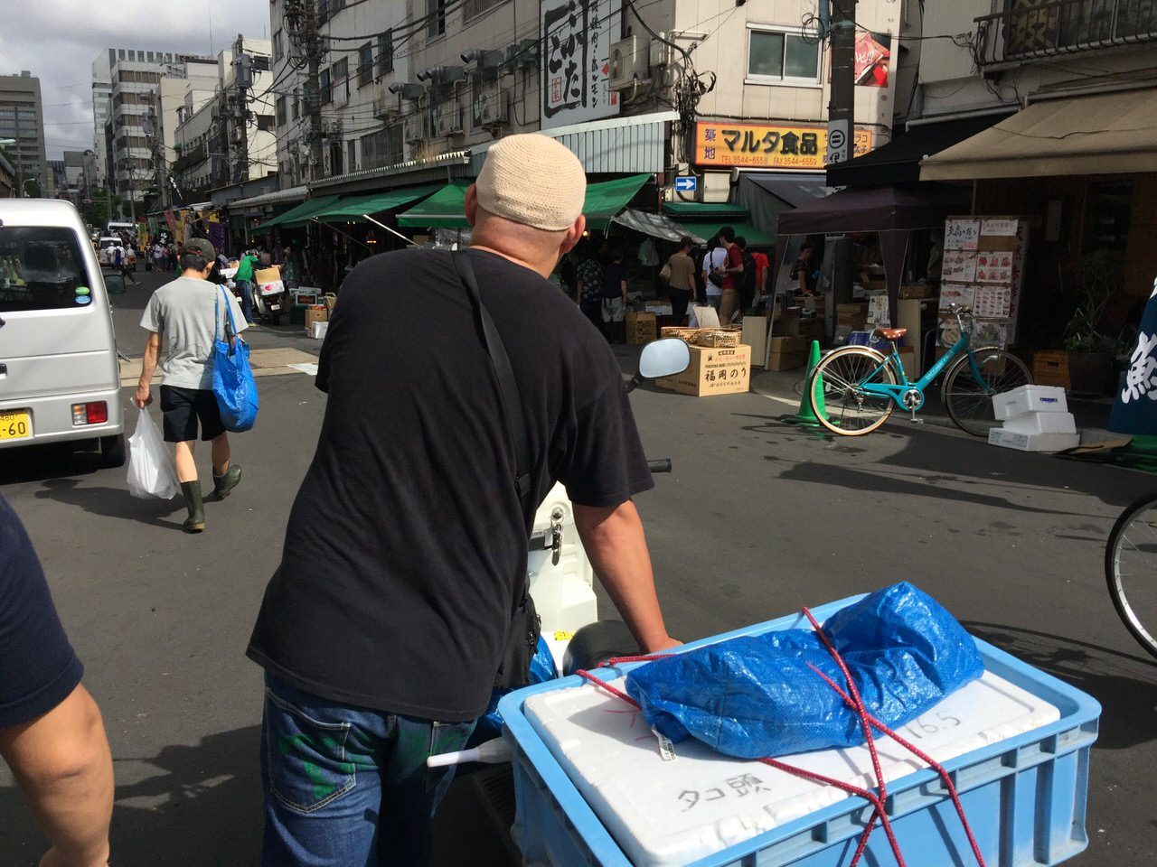 きになるき・大将の案内で築地でぶらり買い食い!吉澤商店のメンチカツと築地鳥藤のレバ串!