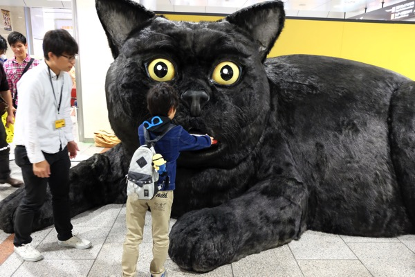 巨大クロネコが名古屋に出現!「宅急便コンパクト」クロネコ巡業キャンペーン第5弾は名古屋でした【PR】