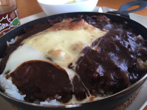 魚焼きグリルで「焼きハヤシライス」チーズとろり、玉子半熟、ご飯がおこげ風になって美味し!