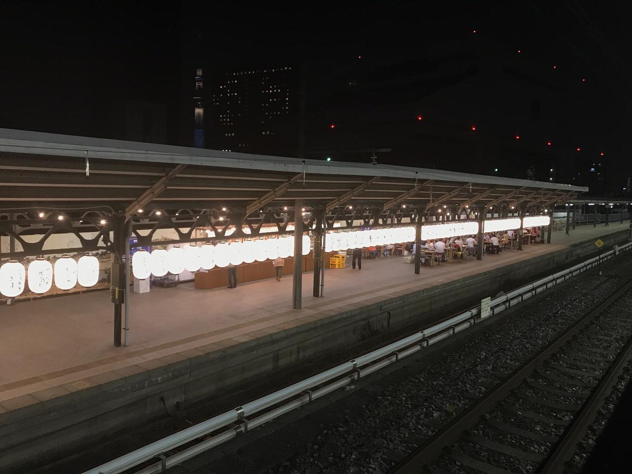 両国駅3番ホームのギョーザステーションを他のホームから眺めた