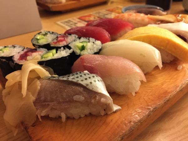 「すし処 伴(八重洲)」ランチの握り寿司1.5人前970円はコスパ最高ですね!味噌汁付き