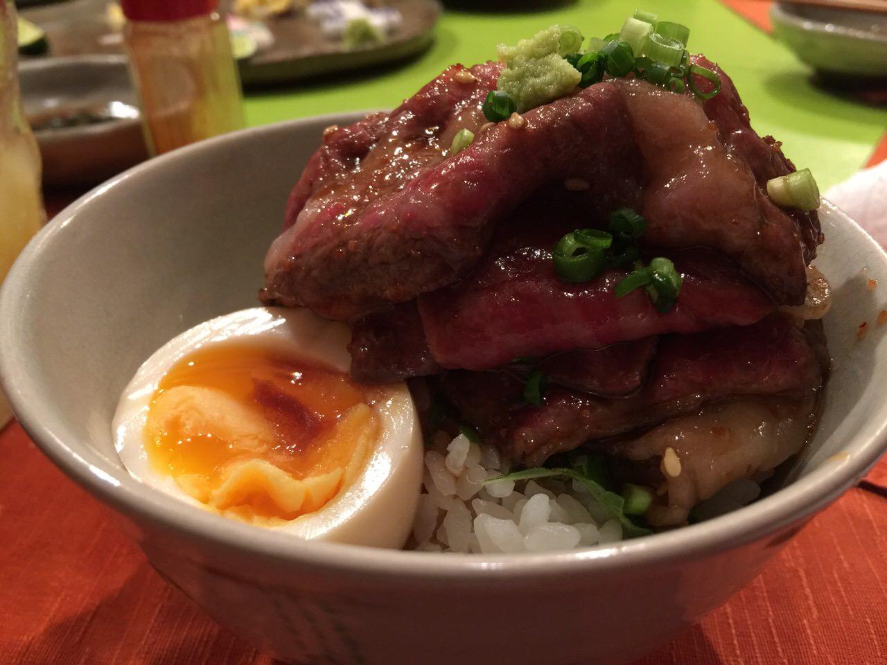 「食堂とだか(五反田)」甘くて柔らかい牛肉のうしご飯とウニ・オン・ザ・煮玉子が食べたくなったら行ってごらん、優しいマスターが待ってるよ。