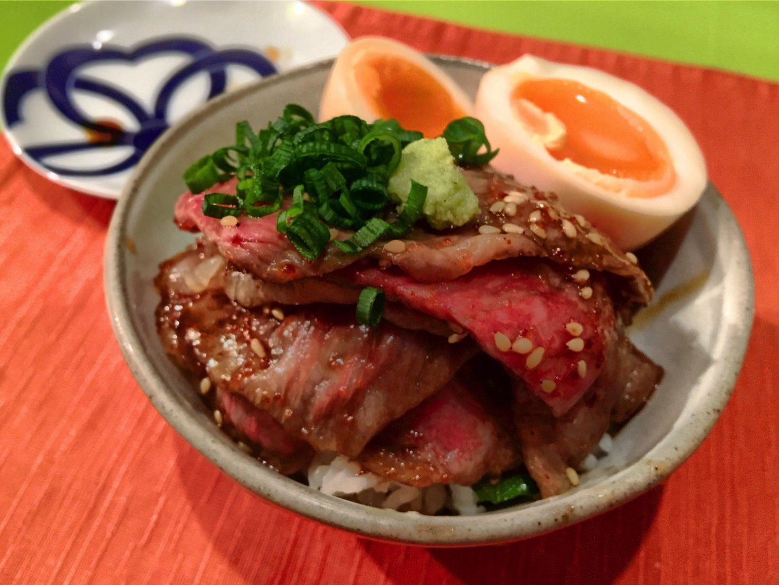 「食堂とだか(五反田)」レアで柔らかい牛ご飯とウニ・オン・ザ・煮玉子が最高にデリシャス!!
