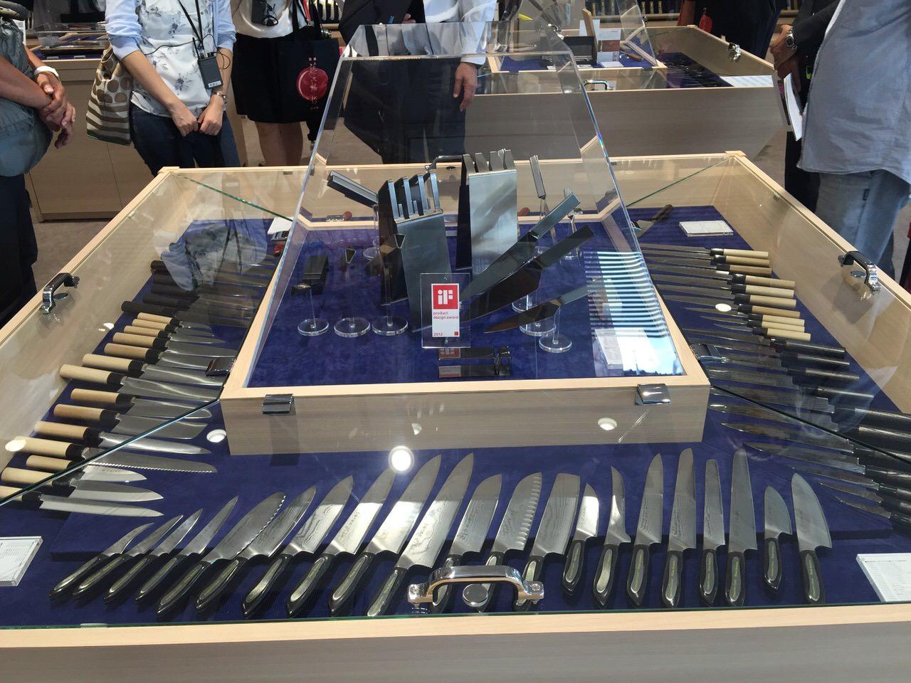 「藤次郎ナイフギャラリー(燕三条)」1,200品目のナイフの展示スペース