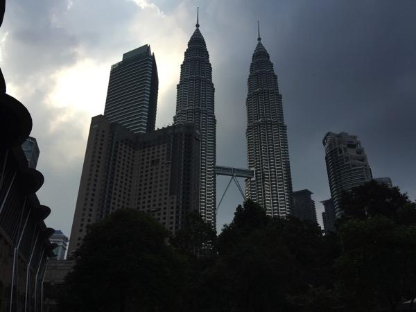 「Petronas Twin Towers(ペトロナスツインタワー)」左は日本、右は韓国、橋はフランス。 #マレーシア0泊3日