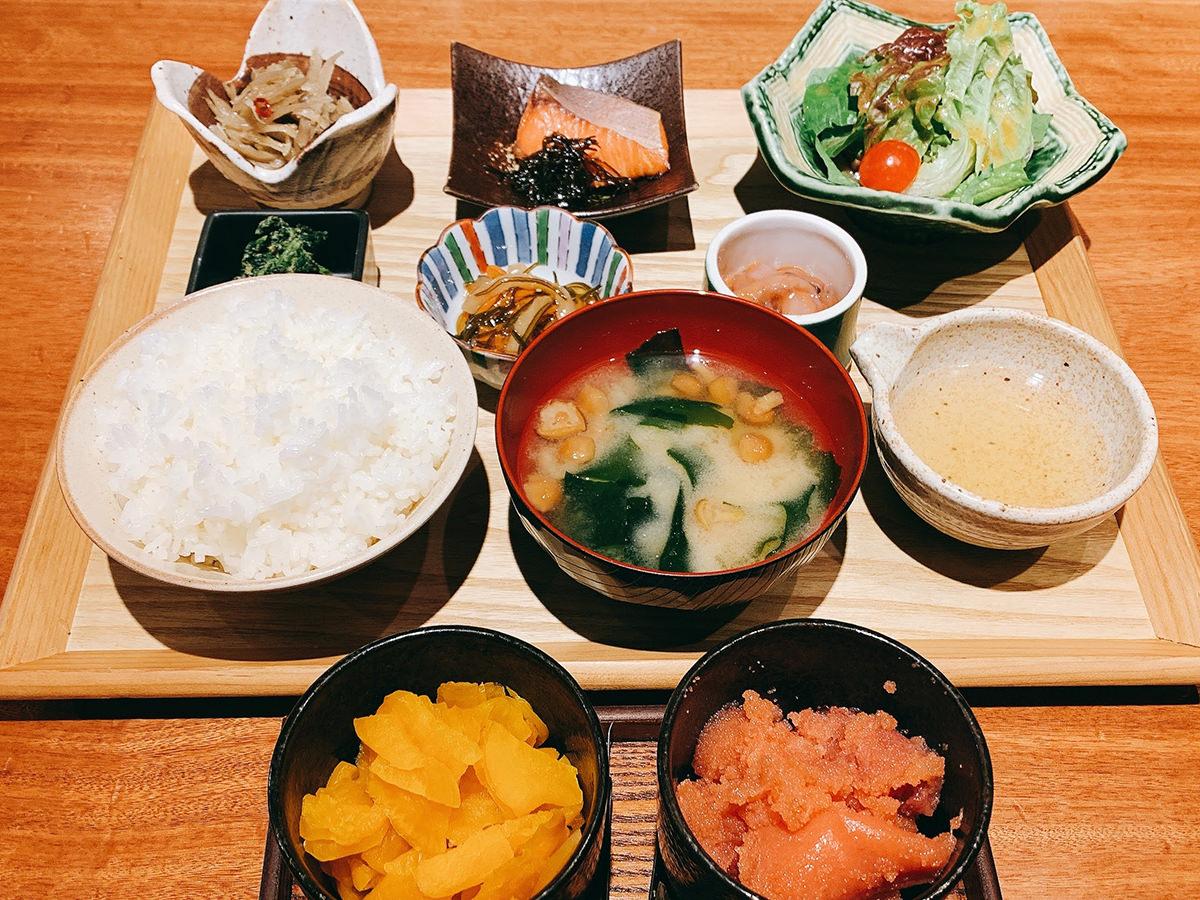 【大衆酒場きたぎん!】タラコ&漬物&ご飯が食べ放題の500円朝食「5種の小鉢の朝定食」ヤバくない?
