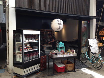 「牡蠣屋(宮島)」白ワインと焼き牡蠣のマリアージュ!土産物屋の中心にあるイケメン揃いのオイスターバー #dw_hiroshima