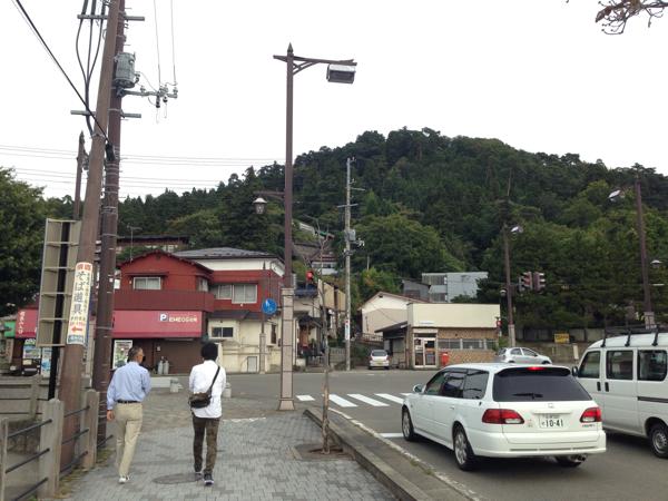 「飯盛山(会津若松)」白虎隊自刃の地として知られる山。鶴ヶ城を見る。