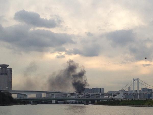 レインボーブリッジでトラック炎上、の現場に海から遭遇。
