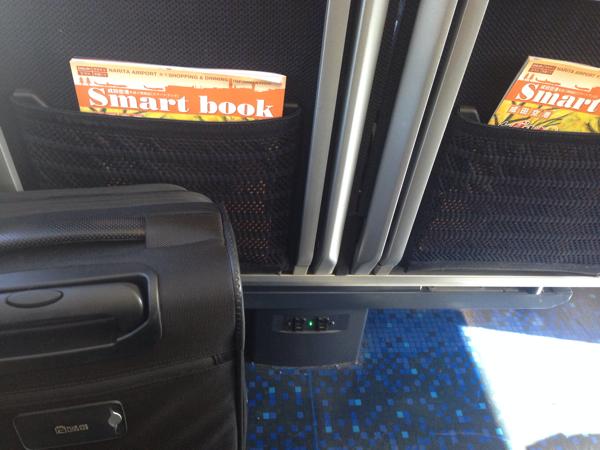 【スカイライナー】各座席の足元に電源コンセントがある
