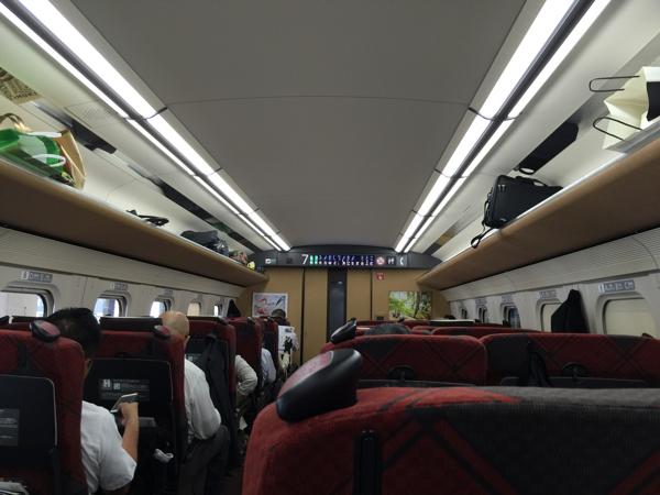 北陸新幹線「はくたか」各席に電源コンセントあり、足元も広く余裕あり #富山プレスツアー