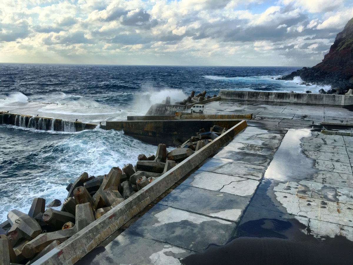 「青ヶ島港(三宝港)」船を釣り上げるクレーンと要塞のようなコンクリート壁 #青ヶ島旅行