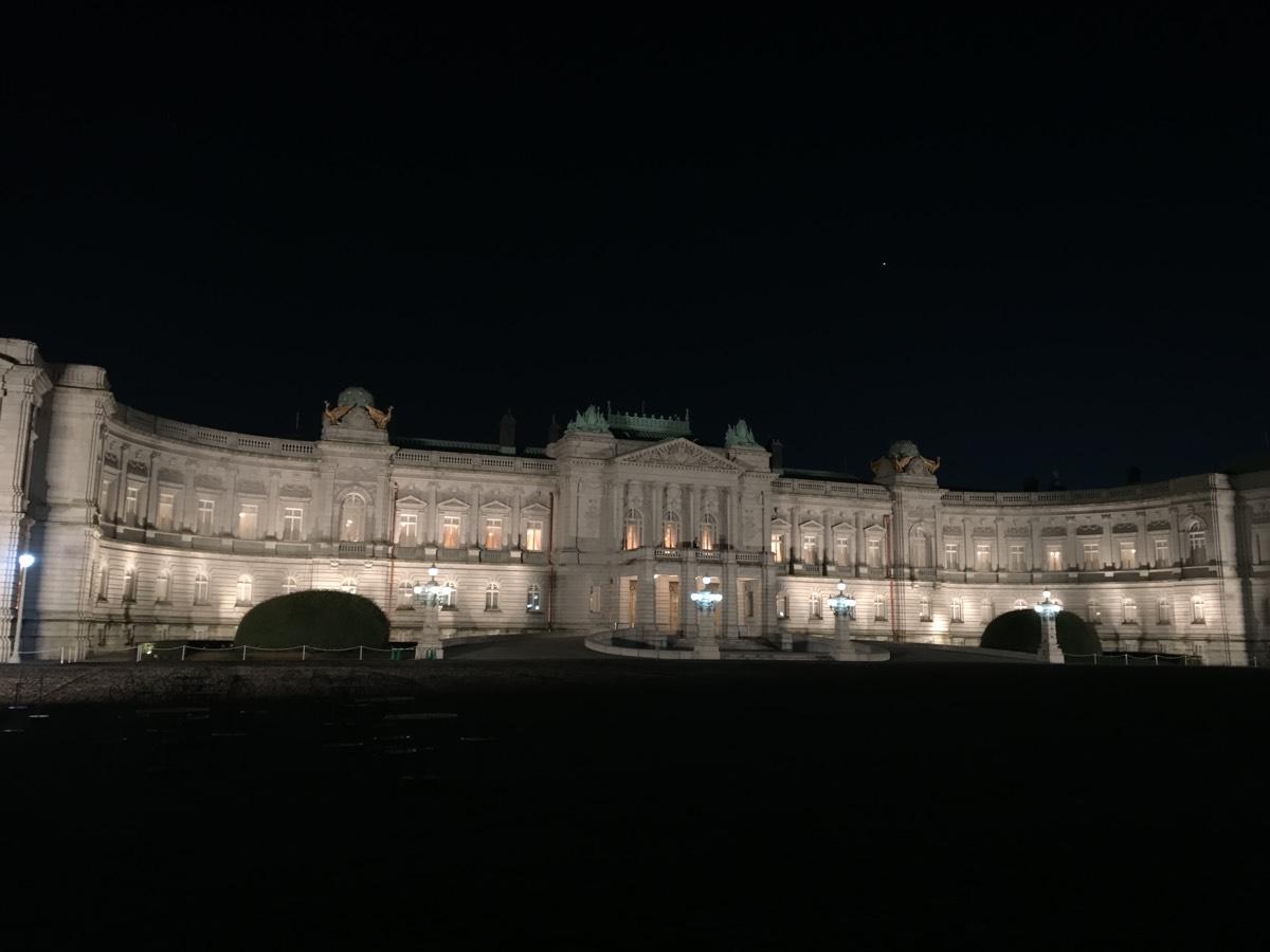 普段は見ることのできない「迎賓館赤坂離宮」の夜間ライトアップが凄まじく良い