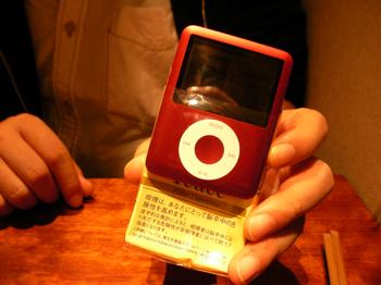 「iPod nano」はタバコの箱より小さくて薄い