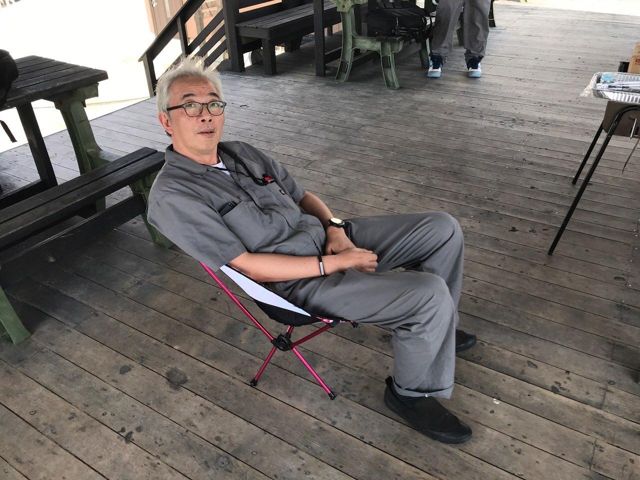 折りたたみチェアに座るオジさん