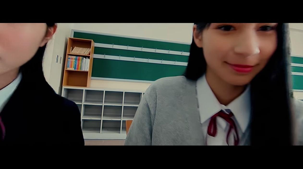 女の子たちの顔の真横をすり抜けていくマイクロドローンの映像が凄い with オンナノコズ
