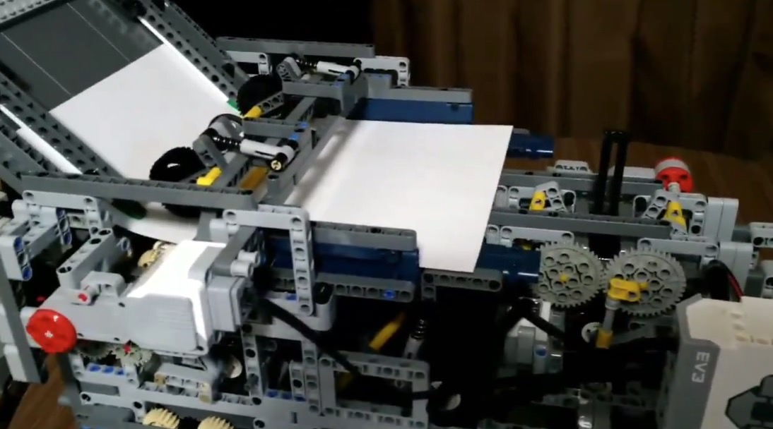 【動画】レゴで作られた自動紙飛行機折り飛ばしマシン